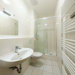 FANA - Dusche, WC und Waschbecken